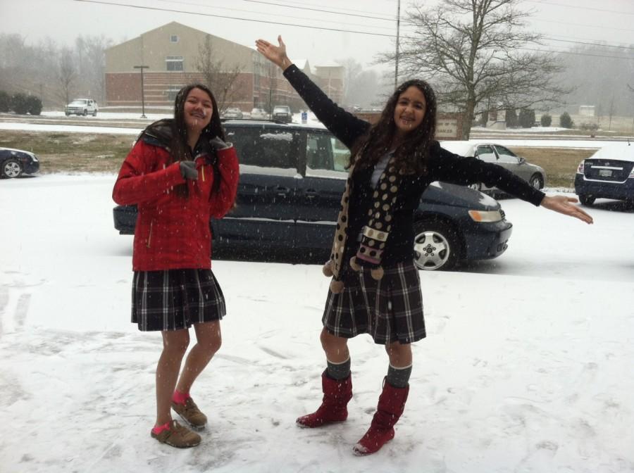 Seniors+Mia+Spicer+and+Sarah+Abouelfatouh+enjoy+the+rare+snow.
